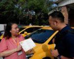 培训以25句中、英、日、韩对照的外语垫板做情境演练,让观光计程车大使能开口与外国观光客交谈。(高市交通局提供)