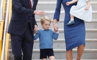 英国威廉王子一家首度出访加拿大,凯特王妃(右2)的打扮,预料将带动一波流行风潮。(Chris Jackson/Getty Images)