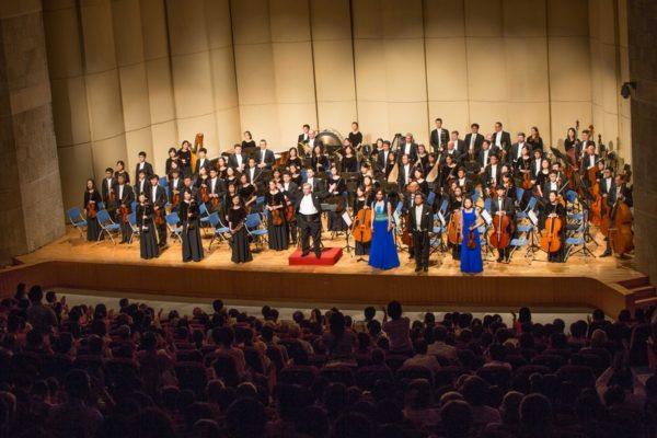 20160926神韵交响乐团在云林斗六文化中心演出。谢幕时观众给予指挥米兰‧纳切夫与演奏家们持续长时间热烈鼓掌与安可。(郑顺利/大纪元)
