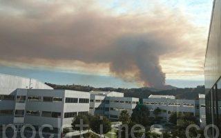 """9月26日下午,加州圣塔克鲁兹县境内突发""""洛马""""山火,整个旧金山南湾都能看到大火发出的烟柱。(大纪元读者提供)"""