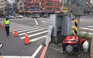 受到梅姬颱風影響,造成淡水捷運站前各主要道路號誌停電,由於許多民眾28日趁颱風假湧入旅遊,淡水警方緊急調來發電機供電,才順利維持交通運作順暢。(警方提供)