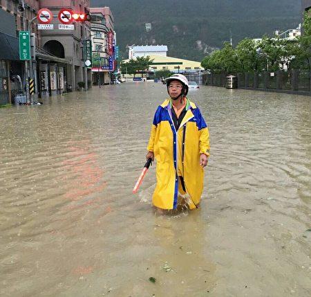 高市鼓山區厚生里9月連續颱風衝擊下,一個月淹水3次,里長歐瑞清水中指揮交通,相當無奈。(高雄市國民黨部提供)