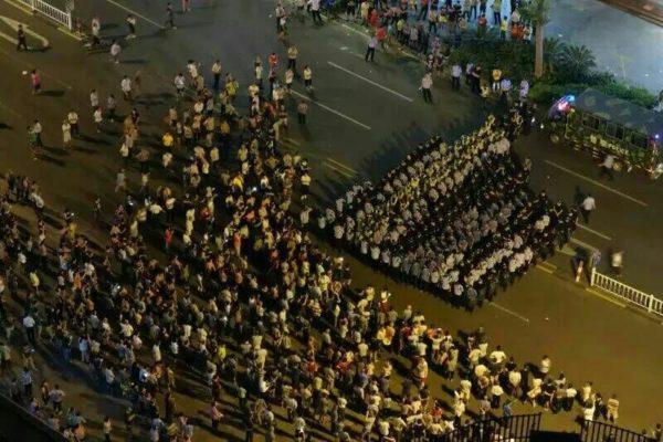 """广东""""地王""""引出贪官 上千村民集会维权半月"""