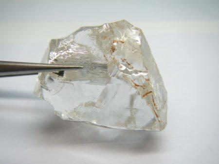澳洲卢卡帕钻石公司在安哥拉开采到的重量达172.67克拉的几近无色、无杂质的钻石(Lucapa Diamond Company 提供)