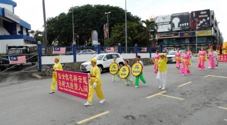 法輪功學員來到雪蘭莪州八打靈再也(Petaling Jaya)舉辦了另一場慶中秋遊行,途經當地警察局。(明慧網)