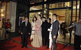 蒙特利尔国际电影节闭幕,图为电影节创始人Serge Losique(右四)和中国女影星刘亦菲(左四)的合照。(钟原/大纪元)