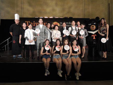 徐俪文大使、张维庭主任、华航代表、长荣代表、叁和院代表及表演团体合影。 (台湾观光局提供)