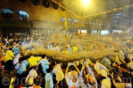 每年中秋节前后,大坑街坊均会按传统舞火龙,不少市民均会到场观看。(宋祥龙/大纪元)