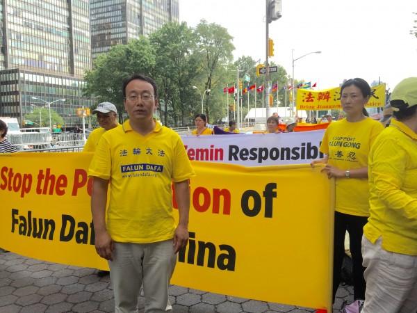 剛從大陸來美的法輪功學員李士林在聯合國前面抗議迫害。(施萍/大紀元)