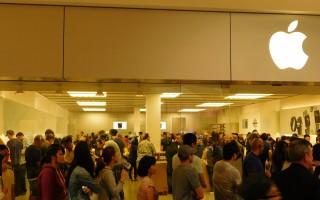 在蘋果店裡排隊買iPhone7的果粉中有不少華裔。(李駿/大紀元)