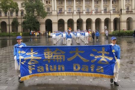 天國樂團進入國會大廈廣場。(大紀元)