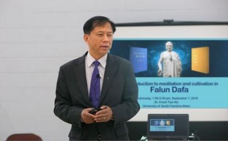 美國大學開設介紹法輪大法的專門課程。圖為2016年謝田教授在專門課程的首次課堂上。(新唐人)