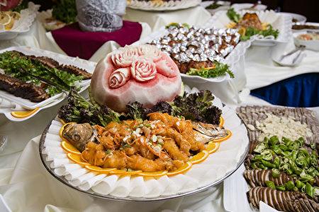 週日豪華自助午餐的豐盛菜品。(Samira Bouaou/大紀元)