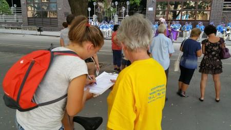 人們紛紛簽名支持反迫害(大紀元)