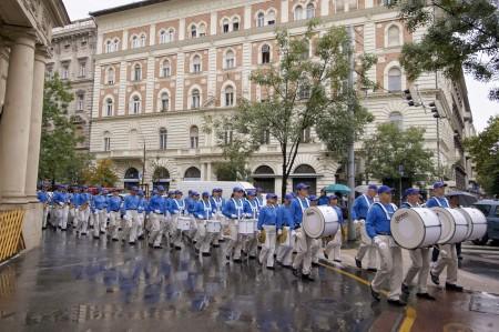 在布達佩斯,冒雨行進中的歐洲天國樂團(大紀元)