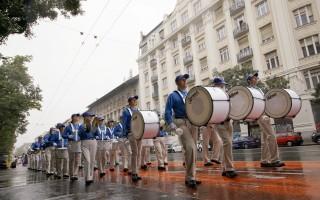 歐洲天國樂團冒雨行進在布達佩斯大街上。(大紀元)