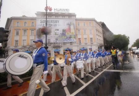 天國樂團冒雨在布達佩斯演奏。(大紀元)