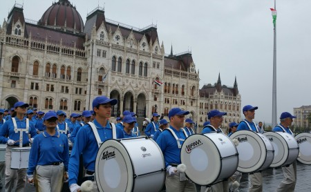 天国乐团在国会广场上冒雨演奏。(大纪元)