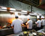 有些非法移民在中餐馆工作,有些人因为担心被驱逐,虽然被剥削劳力,工资远低于基本薪资也不敢张扬,所有辛酸只能往肚子里吞。(Fotolia)