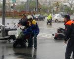 颱風梅姬發威,風勢強勁,27日機車騎士連人帶車被風吹倒。高雄市警方先協調店家安置,並通報救護車到場 護送受傷民眾就醫,也安排民眾改搭公車返家。(警方提供)(中央社)
