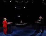周一晚上希拉里和川普的首场辩论,同时间社交媒体也在热烈讨论一些与辩论主题无关的花絮。图为辩论现场由内往外看,川普的讲台好像比希拉里的讲台大。(Joe Raedle/Getty Images)