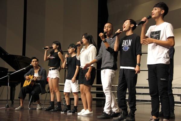 桃園家扶中心所舉辦的「親愛的小孩 好秋音樂會」,6位家扶青年利用暑假密集苦練登台,為夢想而唱。(家扶中心/提供)