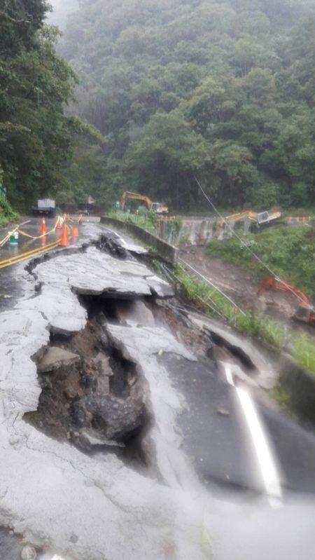 横山往内湾方向,尖石乡竹60线26K道路坍方,已做紧急处置。(新竹县警察局提供)