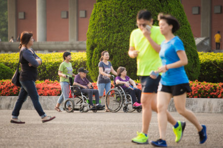 內政部29日公布「104年簡易生命表」,民眾的平均壽命達80.2歲,其中男性77.01歲、女性83.62歲,均創歷年新高。(陳柏州/大紀元)