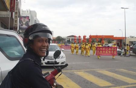 當地一名警察也開心看到法輪功的遊行。(明慧網)