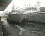 """台风梅姬27日在宜兰带来强风豪雨,海巡署苏澳海巡队 1艘报废的""""pp-5022""""巡逻艇(左)传出破洞进水,所 幸已抽水抢救,状况稳定。 (海巡署提供/中央社)"""
