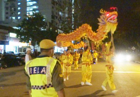 法輪功學員應邀在檳城五條路彩虹公寓,華人集中區遊行與當地民眾歡慶中秋。(大紀元)