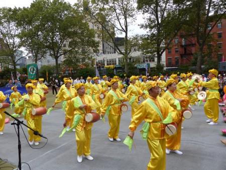 精神抖擻的腰鼓隊給民眾送上《法輪大法》好的鼓樂。