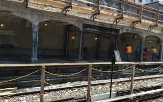 N車灣公園大道站曼哈頓方向的站台正在維修。 (于佩/大紀元)