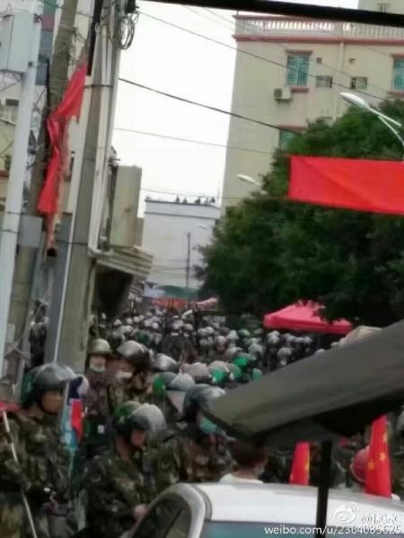 9月13日凌晨,广东陆丰市东海镇乌坎村闯进逾千防暴警察抓捕村民,警民爆发大规模流血冲突。(网络图片)
