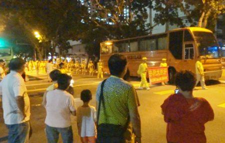 法轮功学员应邀在槟城五条路彩虹公寓,华人集中区游行与当地民众欢庆中秋。(大纪元)