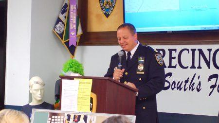 市局68分局局长Joseph W. Hayward提醒民众节日期间,小心窃贼。 (安心/大纪元)