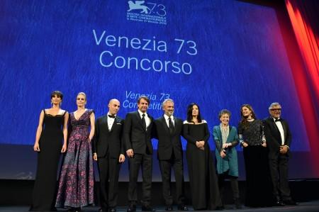当地时间8月31日18时,第73届威尼斯国际电影节开幕式盛大举行, 赵薇(右四)與一眾評委一起亮相红毯。(Pascal Le Segretain/Getty Images)