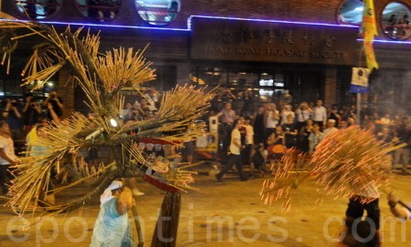 今14日晚中秋迎月夜,一年一度的大坑有传统习俗舞火龙,虽然天文台悬挂1号风球,但未有下雨,犹为幸事。(宋祥龙/大纪元)