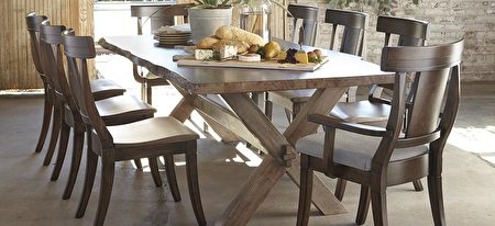 """Bench*Made""系列的Live Edge 原木桌缘设计。(湾区家具行Bassett提供)"