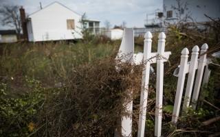 紐約市一處因桑迪颶風受損的房屋,很長時間都沒有修好。 (Andrew Burton/Getty Images)