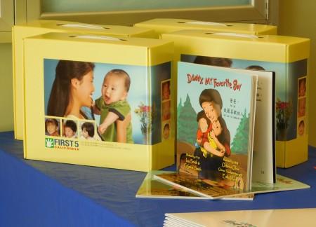 洛杉矶First5提供的中文早教教材。(李骏/大纪元)