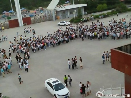 9月7日,河南駐馬店市上蔡縣蘇豫中學近兩千名名學生罷課,抗議學校食堂飯菜質量差,實行包餐制。(網絡圖片)