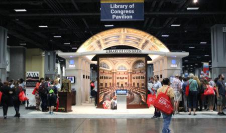 """9月24日,美国一年一度的""""国家图书节""""(National Book Festival)在首都华盛顿DC举行,逾万民众徜徉书海。(何伊/大纪元)"""