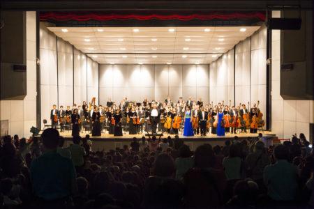 神韻交響樂團9月29日在台中中興堂的演出,感動了無數觀眾,圖為指揮米蘭‧納切夫,帶領音樂家們向觀眾謝幕。(陳霆/大紀元)