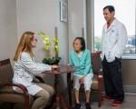 老人护理院有亚裔助理护士 (海默所罗门康复中心提供)