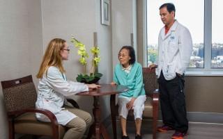 老人護理院有亞裔助理護士 (海默所羅門康復中心提供)
