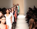 今年贝嫂的时装作品,色彩更加明快。 (Neilson Barnard/Getty Images)