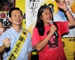 社民连和人民力量今年组成选举联盟,两位候选人梁国雄和陈志全晚上一起向支持者拉票。(蔡雯文/大纪元)
