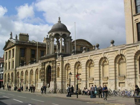 牛津大学的皇后学院。(大纪元数据库)