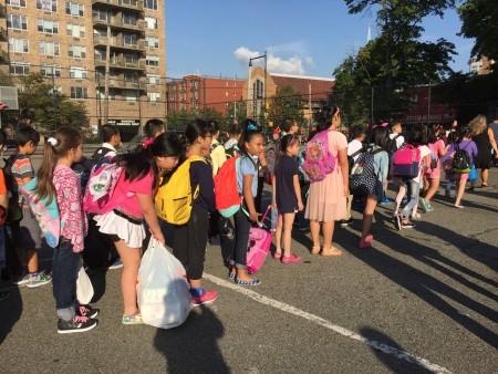 開學第一天,法拉盛公立第20小學的學生迎接新學年。